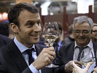 Эммануэль Макрон дегустирует вино на агропромышленноый ярмарке в Париже. Архивное фото