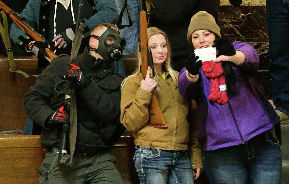 Подростки делают селфи с оружием в Вашингтоне, США. 2015 год