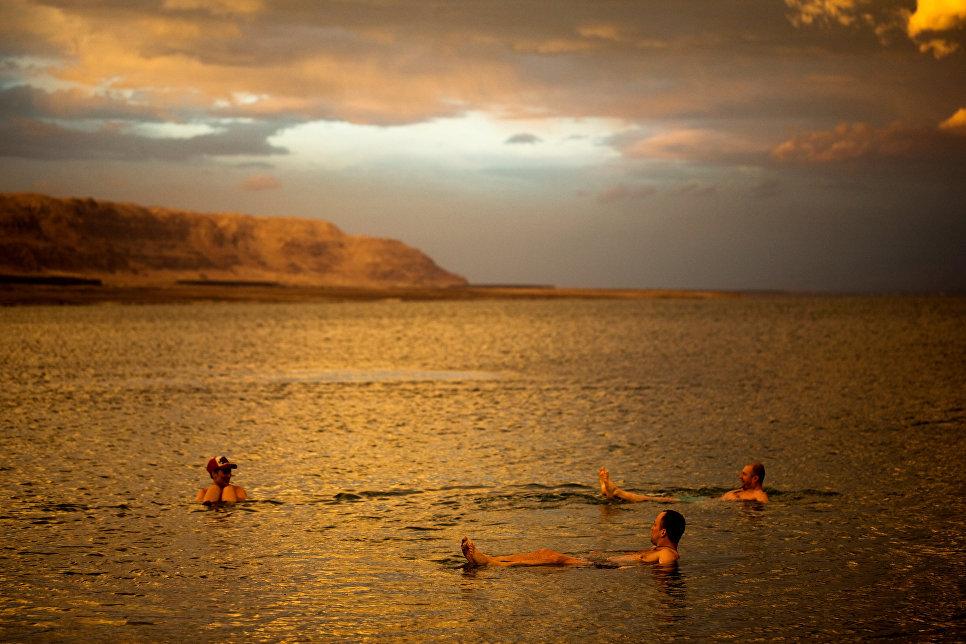 Польские туристы купаются в Мертвом море
