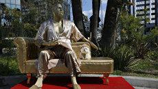 В Голливуде установили позолоченную статую Харви Вайнштейна