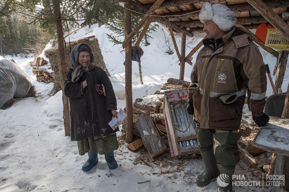 Агафья Лыкова и участковый инспектор государственного природного заповедника «Хакасский» Сергей Хлебников.