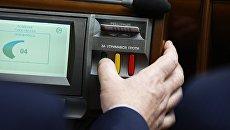 Депутат Верховной рады Украины голосует на заседании Верховной рады Украины в Киеве. Архивное фото