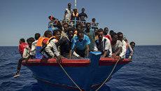 Мигранты из Ливии ждут спасения силами итальянских кораблей. Архивное фото
