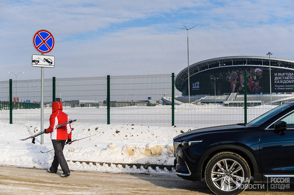 Знак, запрещающий парковку, возле стадиона Казань Арена.
