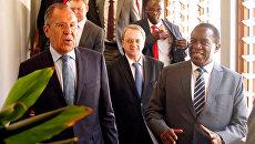Глава МИД РФ Сергей Лавров и президент Зимбабве Эммерсон Мнангагва пред официальной встречей в Хараре. 8 марта 2018