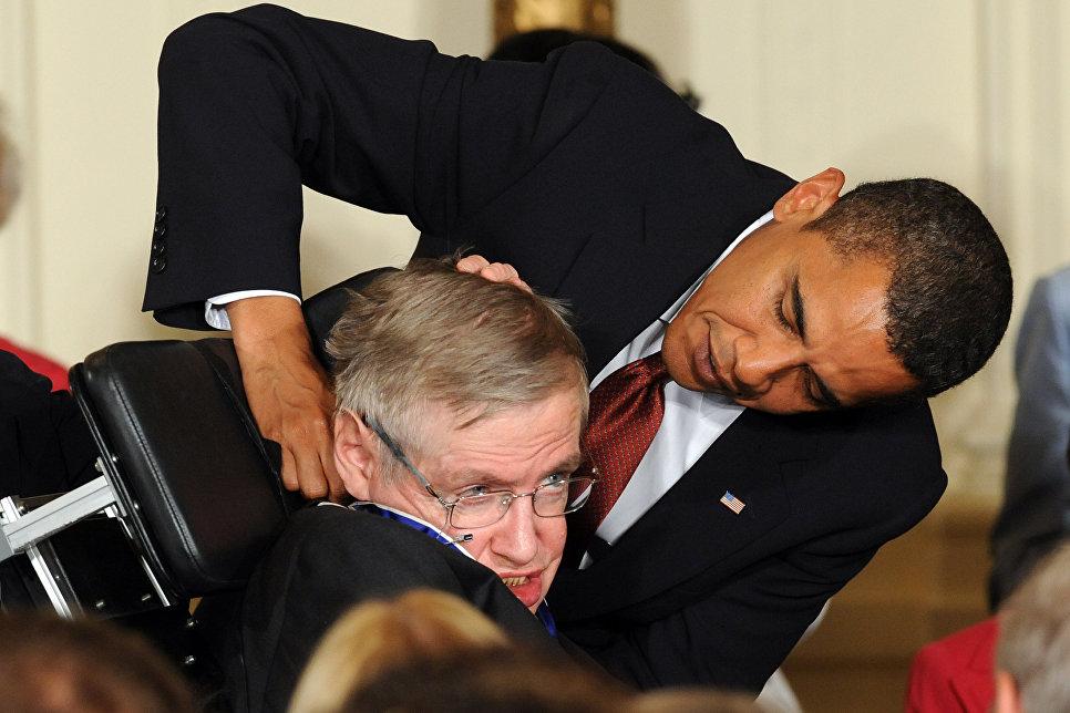 Президент США Барак Обама вручает президентскую медаль свободы британскому физику-теоретику Стивену Хокингу