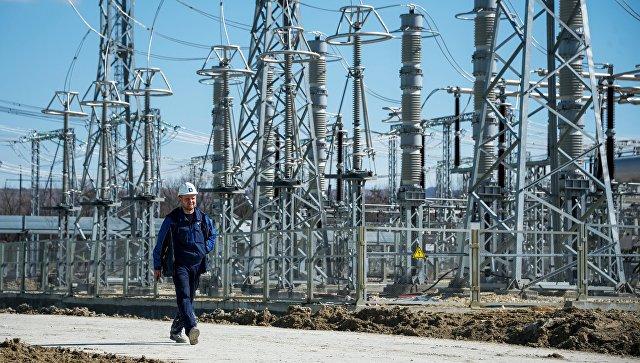 Инженер на территории Таврической (Симферопольской) ТЭС в Крыму. Архивное фото