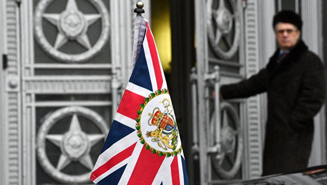 Флаг Великобритании у здания министерства иностранных дел РФ