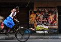 Индийский рабочий перевозит товары на рикше в Калькутте
