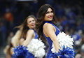 Черлидеры выступают на турнире по баскетболу в колледже NCAA между командами Кентукки и Теннесси в Сент-Луисе, США