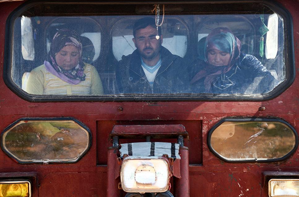 Мирные жители Африна едут в деревню Анаб, Сирия