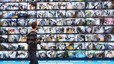 Трансляция голосования избирателей на выборах президента РФ с видеокамер, установленных на избирательных участках, в информационном центре ЦИК РФ. 18 марта 2018  18 марта 2018