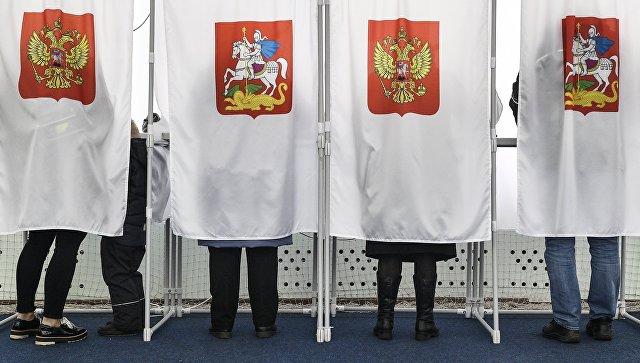 Избиратели во время голосования на выборах президента РФ на избирательном участке. 18 марта 2018