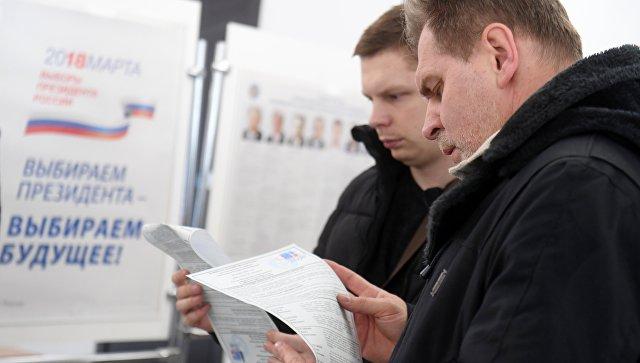 Избиратели во время голосования на выборах президента Российской Федерации на избирательном участке в Казани. 18 марта 2018