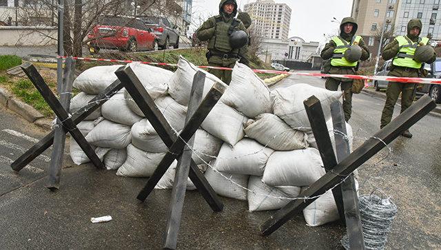 Сотрудники МВД Украины и представители националистических организаций блокируют здание консульства РФ в Одессе в связи с выборами президента РФ. 18 марта 2018