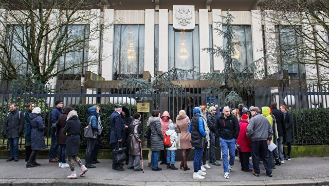 Избиратели у здания посольства России во Франции, где проходит голосование на выборах президента России. 18 марта 2018