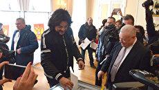 Певец Филипп Киркоров во время голосования на выборах президента России в посольстве РФ в Литве