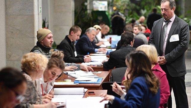 Члены избирательной комиссии во время подсчета голосов на одном из избирательных участков в Москве. Архивное фото
