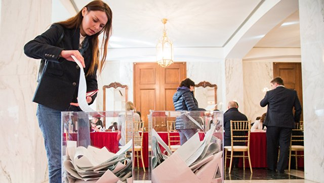 Девушка голосует на выборах президента РФ на избирательном участке в Вашингтоне