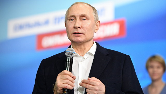 Президент РФ Владимир Путин во время посещения своего предвыборного штаба. 18 марта 2018