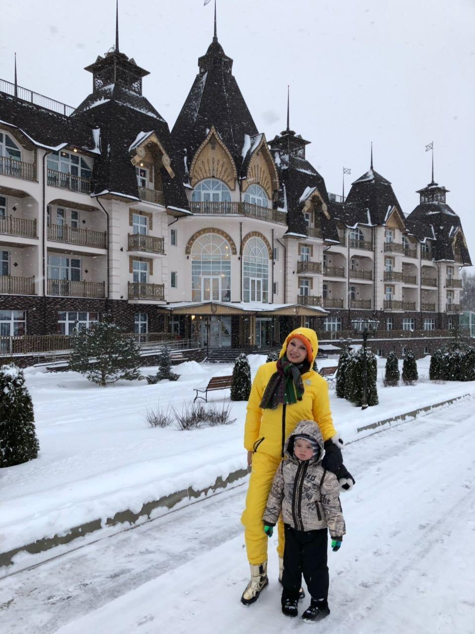 Эвелина Бледанс с сыном в парк- отеле
