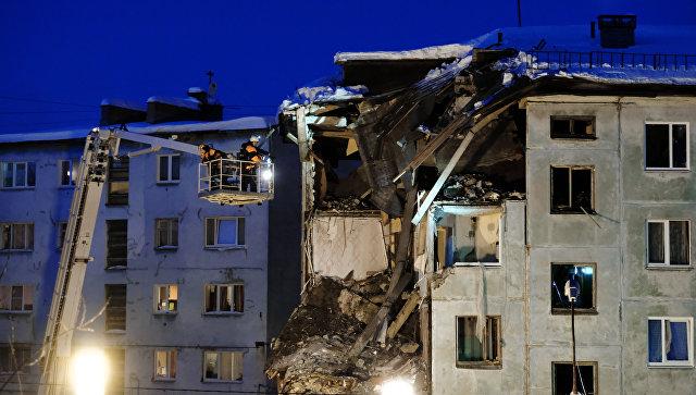 Сотрудники МЧС ведут поисково-спасательные работы на месте взрыва бытового газа в многоквартирном жилом доме на улице Свердлова в Мурманске. 20 марта 2018