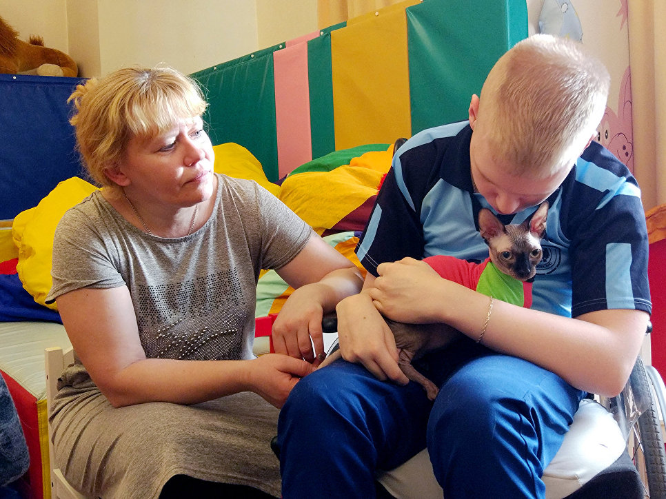 Перед личным знакомством с пушистыми терапевтами детям рассказали о привезенных котах, показала, как правильно их гладить, чтобы животным было приятно и комфортно