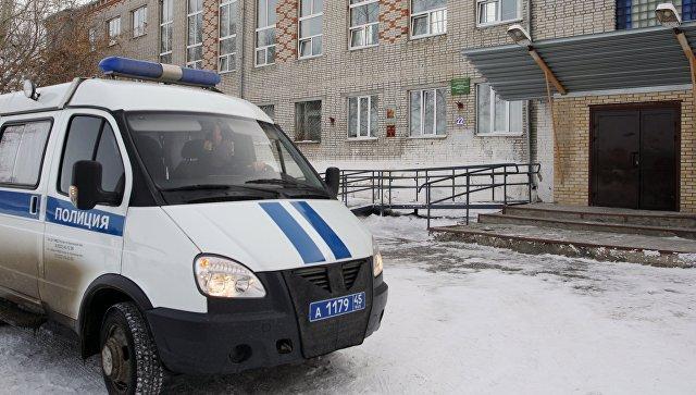 Автомобиль полиции у школы № 15 города Шадринска, в которой 13-летняя ученица открыла стрельбу из пневматического пистолета. 21 марта 2018