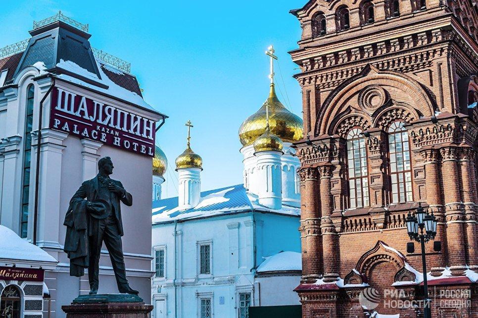 Памятник Шаляпину на улице Баумана в Казани. Слева отель Шаляпин Палас