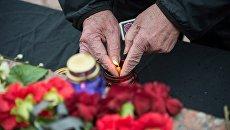Жители Симферополя возлагают цветы и зажигают свечи у мемориала на площади Ленина в Симферополе в память о погибших в ТЦ Зимняя вишня в Кемерово. 27 марта 2018