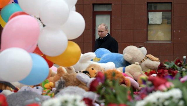 Президент РФ Владимир Путин возлагает цветы к стихийному мемориалу у торгового центра Зимняя вишня в Кемерово. 27 марта 2018