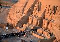 Люди посещают храм Рамсеса II Великого в Абу-Симбел, Египет