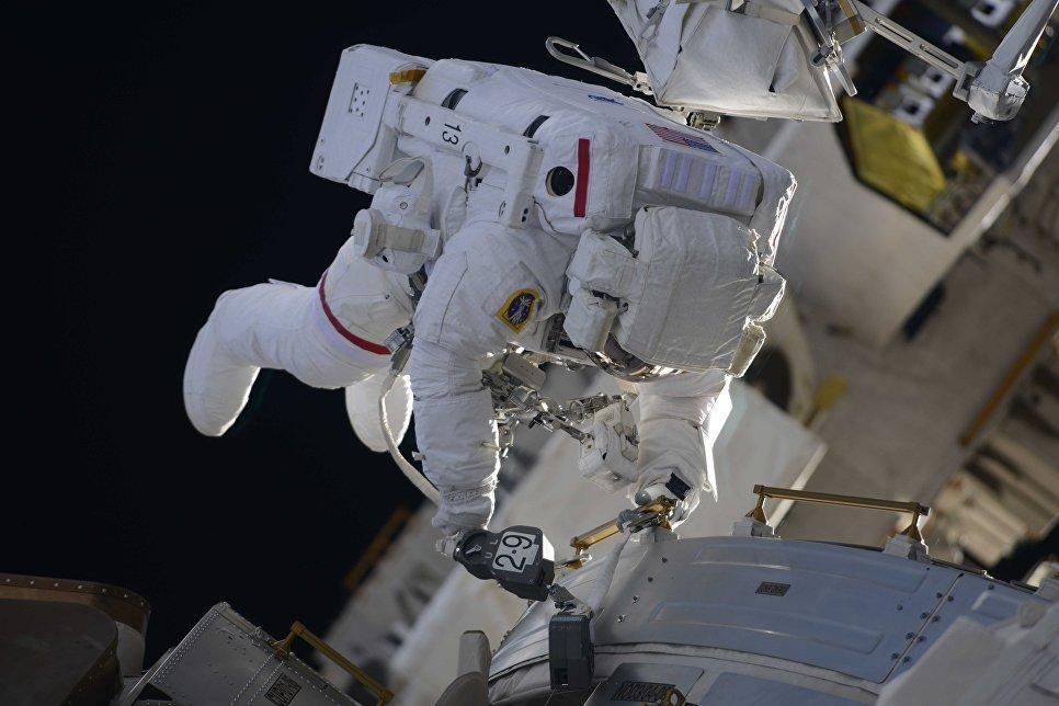 Выход в открытый космос астронавтов НАСА Ричарда Арнольда и Эндрю Фьюстела