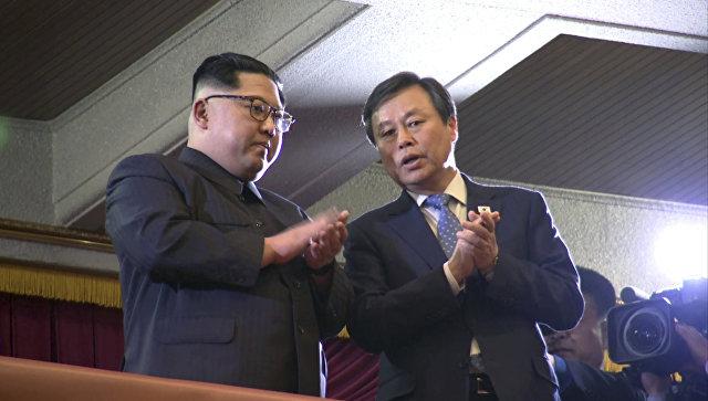 Ким Чен Ын наблюдает за концертом звезд K-pop в Пхеньяне. 1 апреля 2018 года