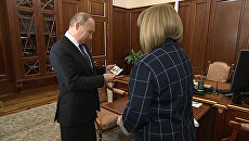 Глава ЦИК вручила Путину удостоверение президента России