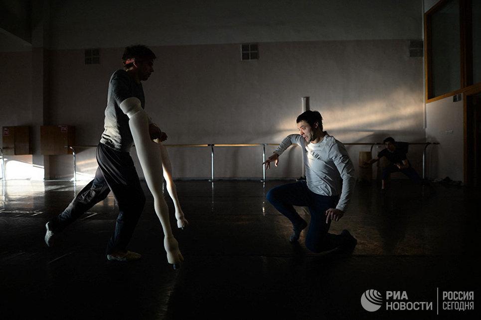 Репетиция в балетном классе. Подготовка к балету Пер Гюнт.