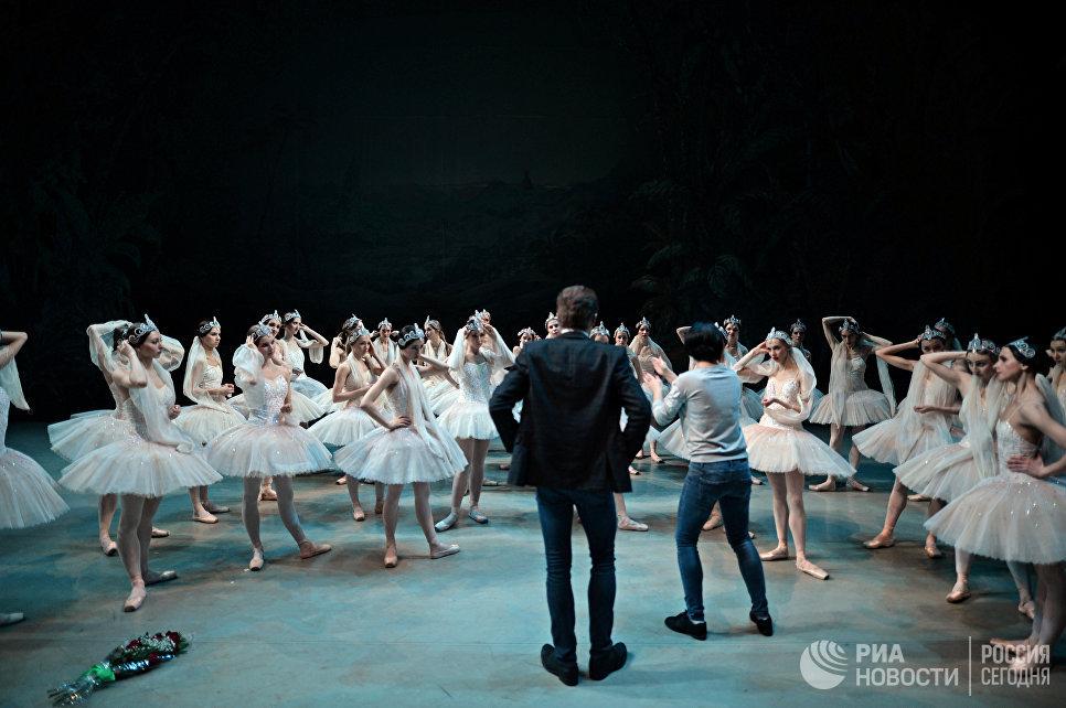 На сцене, после окончания спектакля. В центре – руководитель балета Новосибирского оперного театра – Денис Матвиенко.