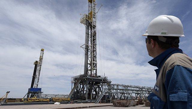 Буровые установки на месторождении сланцевой нефти. Архивное фото
