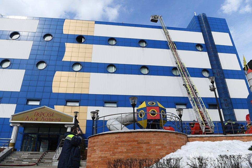 Сотрудник противопожарной службы МЧС РФ на тушении пожара в детском торговом центре Персей в Москве