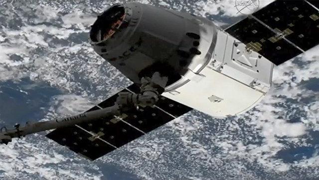 Космический грузовик SpaceX Dragon схвачен роботизированной ручкой. 4 апреля 2018