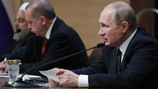 Президент РФ Владимир Путин во время совместной пресс-конференции с  президентом Турции Реджепом Тайипом Эрдоганом и президентом Ирана Хасаном Рухани по итогам встречи в Анкаре. 4 апреля 2018