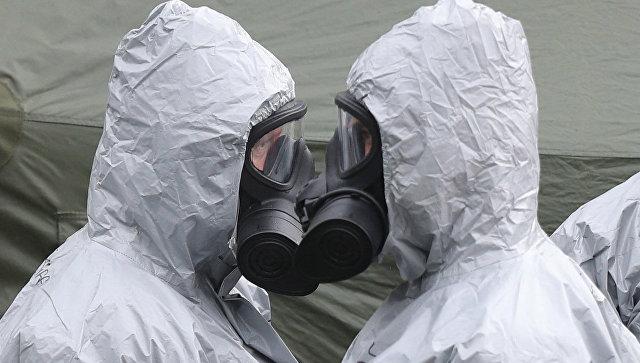 Британские военные в защитных костюмах в Солсбери