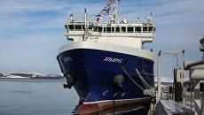 Судно тылового обеспечения Эльбрус проекта 23120 на пирсе главной базы Северного флота РФ в Североморске. 9 апреля 2018