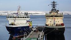 Судно тылового обеспечения Эльбрус (слева) проекта 23120 на пирсе главной базы Северного флота РФ в Североморске. 9 апреля 2018