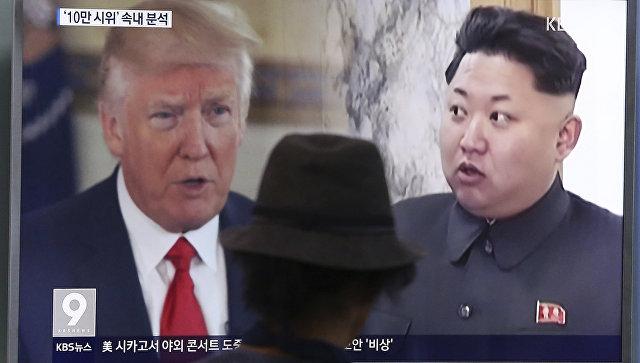 Президент США Дональд Трамп и лидер Северной Кореи Ким Чен Ын на экране телевизора. Архивное фото