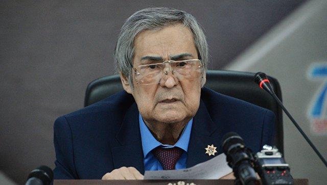 Аман Тулеев во время внеочередной сессии Совета народных депутатов Кемеровской области. 10 апреля 2018