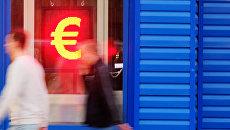 Знак евро на табло курса обмена валют. Архивное фото