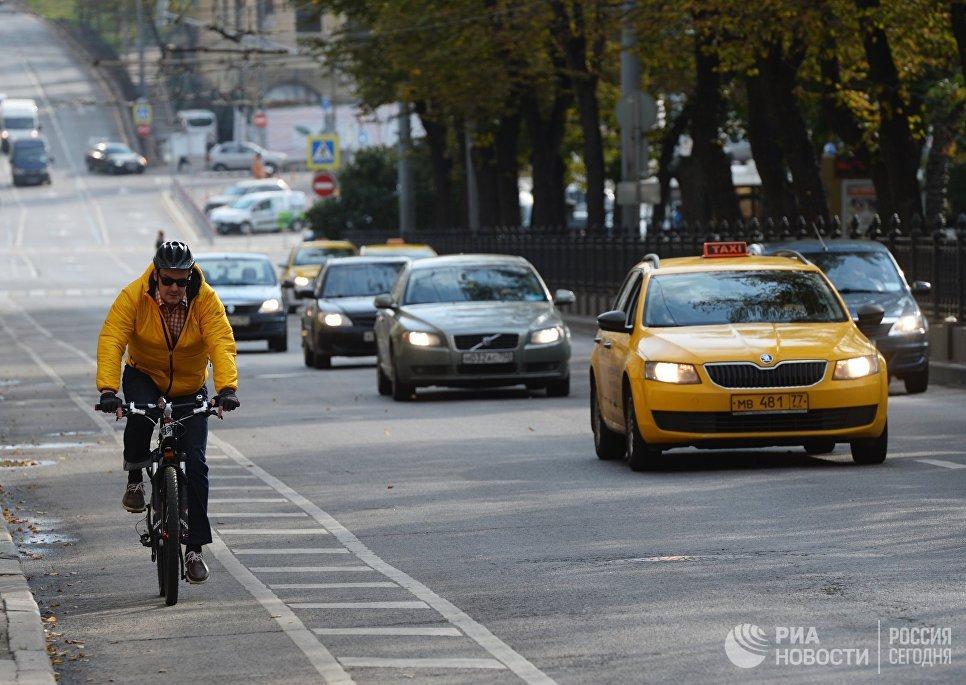 Велосипедист едет по велодорожке в Москве