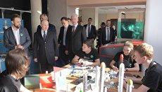 Президент РФ Владимир Путин во время посещения детского техноцентра  в центре Космонавтика и авиация на ВДНХ. 12 апреля 2018