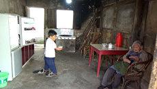 Китаянка с ампутированными руками и ногами заботится о столетней матери